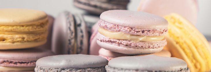 Dans la lignée de la belle tradition pâtissière française, le macaron est une irrésistible gourmandise qui sait se faire admirer, se faire préférer dans toutes ses couleurs et ses arômes.